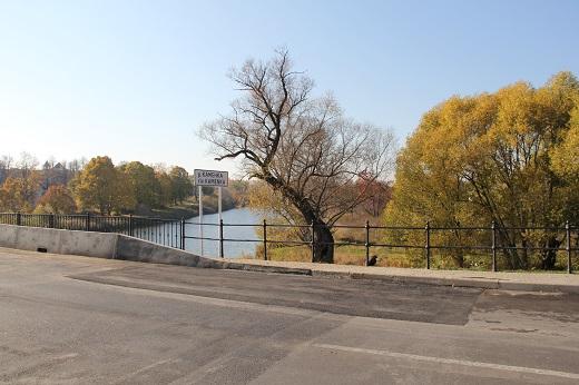 Очередная ликвидация проседания основания дорожного полотна подходов к мосту через реку Каменка